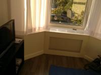 Custom radiator ombouw met extra diepe vensterbank als verwarmde zitting